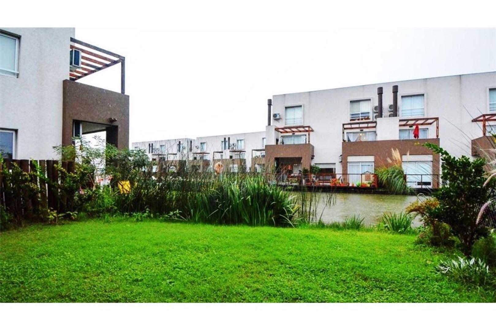 Venta Departamento tipo casa con jardin al lago.