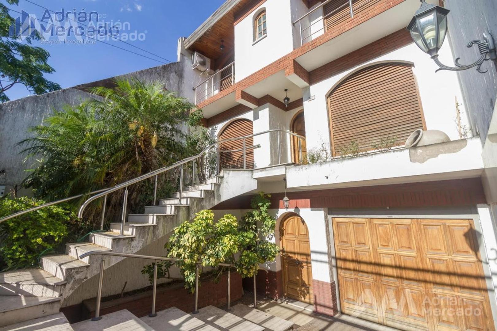 Impecable casa en tres plantas con garage para 4 autos en Parque Chacabuco