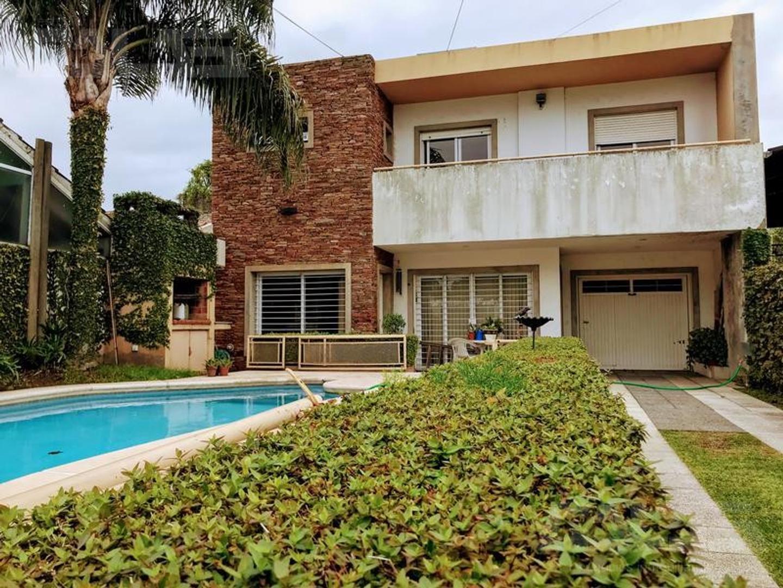 Muy buena casa estilo americana de 4 ambientes con piscina climatizada!