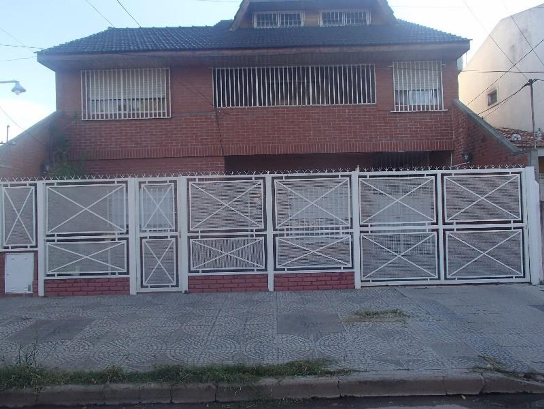 Excelente casa multifamiliar ubicada en 25 de mayo al 5400, Villa Ballester. ¡NUEVO PRECIO!