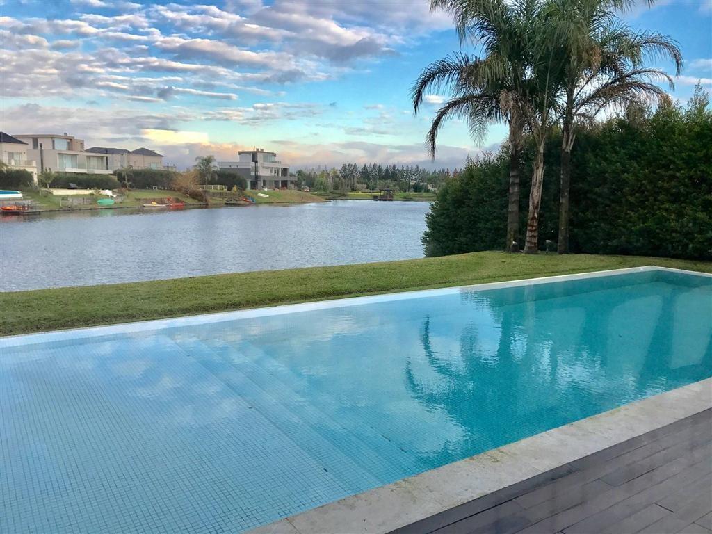 Hermosa casa moderna al lago en Alisos
