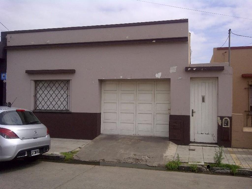 Casa 2 dormitorios y garaje sobre gran lote!