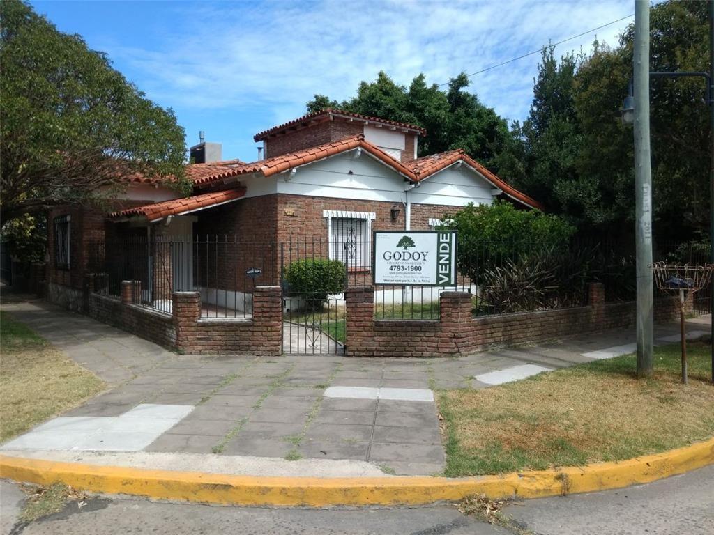 Casa en lote propio, excelente ubicación a metros de Dardo Rocha. 3 dormitorios.