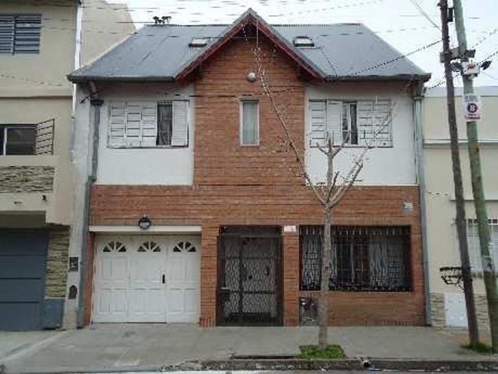 casa tipo triplex de 5 amb  en 3 plantas, con patio, pequeño fondo, cochera, dorm en suite, playroom