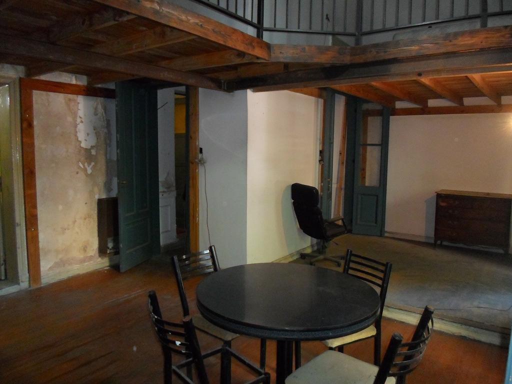 Departamento de 2 Ambientes todo al frente con 2 Entrepisos, Patio, Bauleras. Edificio Antiguo .