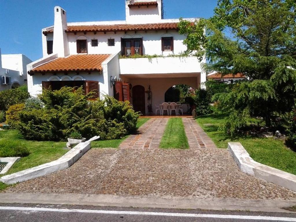 Excelente casa en venta en country Aranjuez