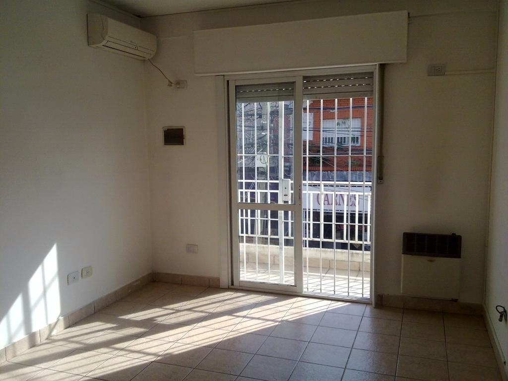 PARA INVERSORES - PH al frente 1er piso 2 amb c/balcón, patio y terraza propia