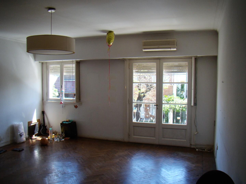 Vende Excelente piso 3 amb. con dependecia y dos entradas bajas expensas