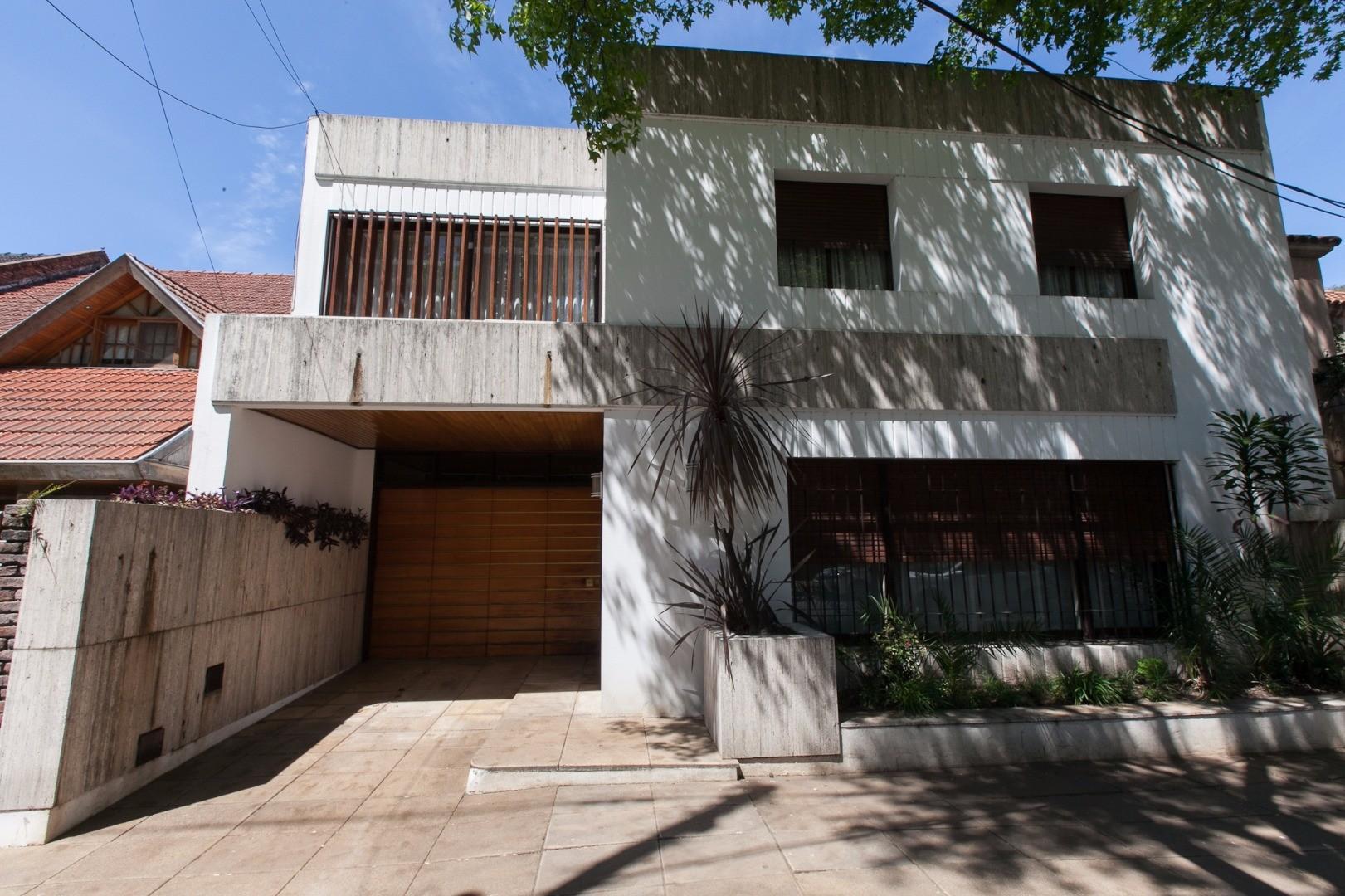 Importante casa 6 ambientes con garage y jardín.