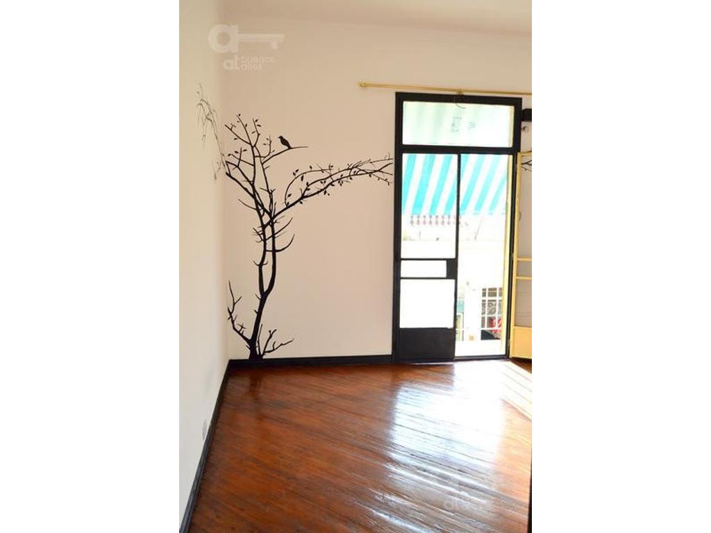 San Telmo. Monoambiente con patio y balcón. Alquiler temporario sin garantías.