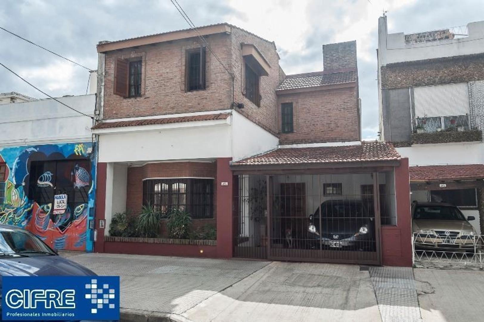 Casa de 5 ambientes con garaje, jardin y piscina. ( Suc.Urquiza 4521-3333 )