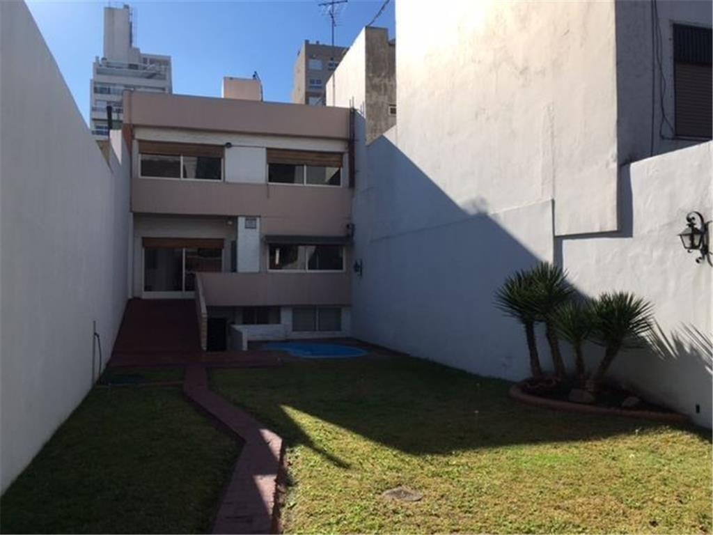 Excepc Casa categ c/espectacular jardín c/piscina s/lote propio 8,04 x 42 mts aprox