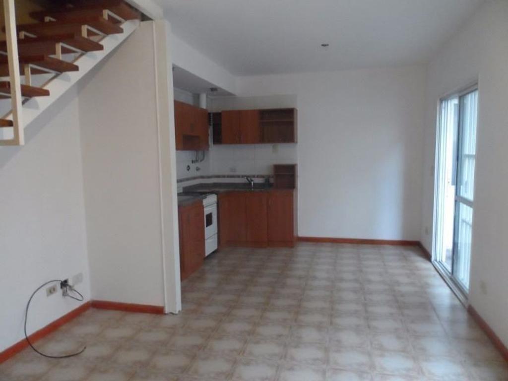 Casa en alquiler en av pte j d peron 841 villa sarmiento for Muebles de oficina sarmiento 1400