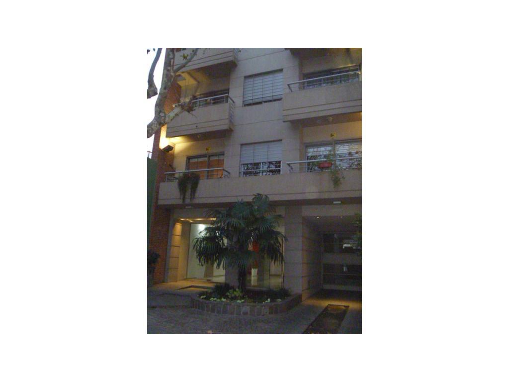 Muy Buen Departamento de 3 Ambientes al Frente con Cochera cubierta en edificio de Categoría