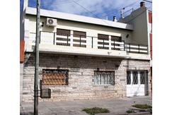 LOMAS DEL MIRADOR  - VENDE - Casa 5 amb en dos plantas s/ lote de 10x25 mtros.