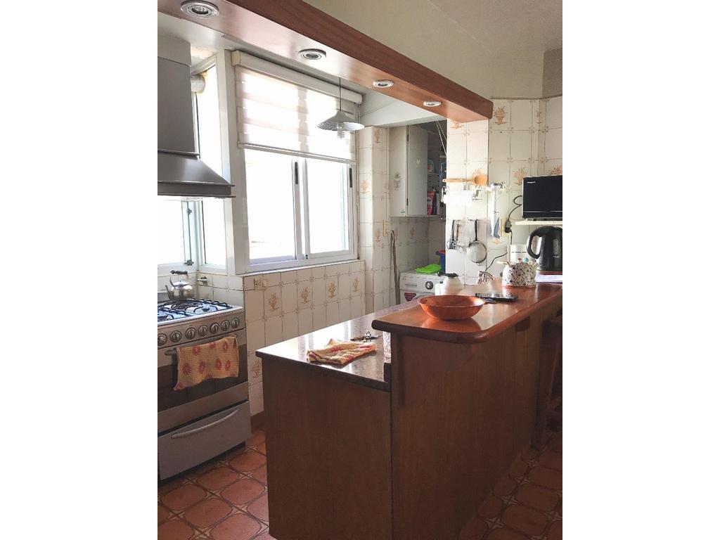 4 Ambientes, piso alto. Liv-Com a Balcón. 3 Dormitorios. Cocina con Cdor/Diario. 2 Baños