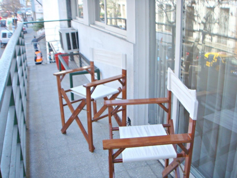 Amplio departamento 3 ambientes al frente con balcón corrido