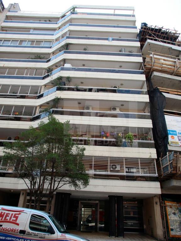 Excelente unidad de tres ambientes, amplio, balcon corrido, piso alto 75m2 con cochera fija y cubier