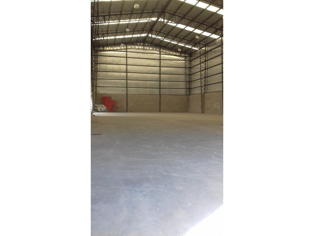 Excelente Galpón 3 años, sobre Lote 2500 m2, 700 m2 cubiertos