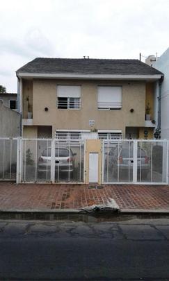 M/b duplex 4 ambientes. Playroom. Entrada de auto y jardin.- Exc ubicacion. Apto credito.