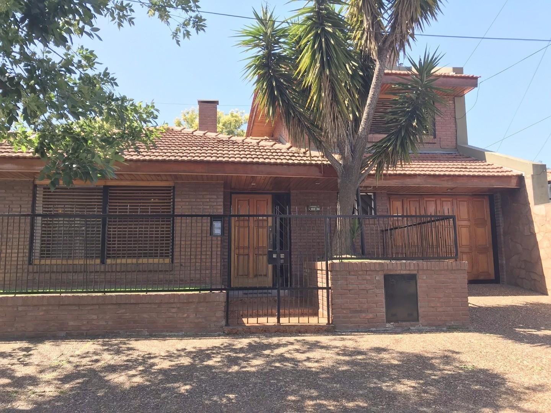 Casa en muy buen estado, muy luminosa con  4 dormitorios, jardin, terraza y garaje c/parrilla
