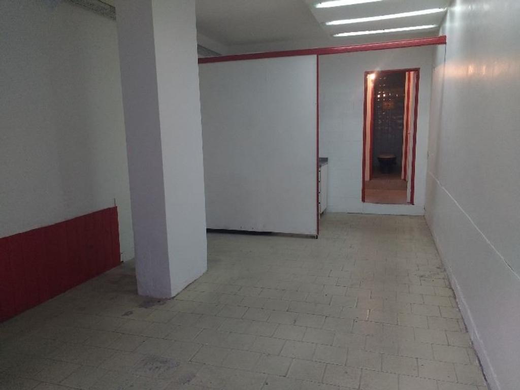 Local en alquiler 35 m2, dos baños mts de Av Cabildo.-