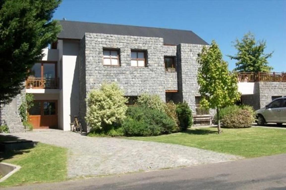 Abril excelente casa moderna de 4 dormitorios con quincho y hermoso parque