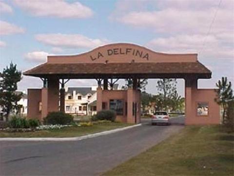 Terreno de 700 m2 en Barrio privado La Delfina