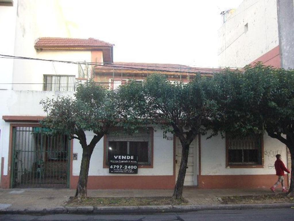 Casa desarrollada en dos plantas con patio y trerraza