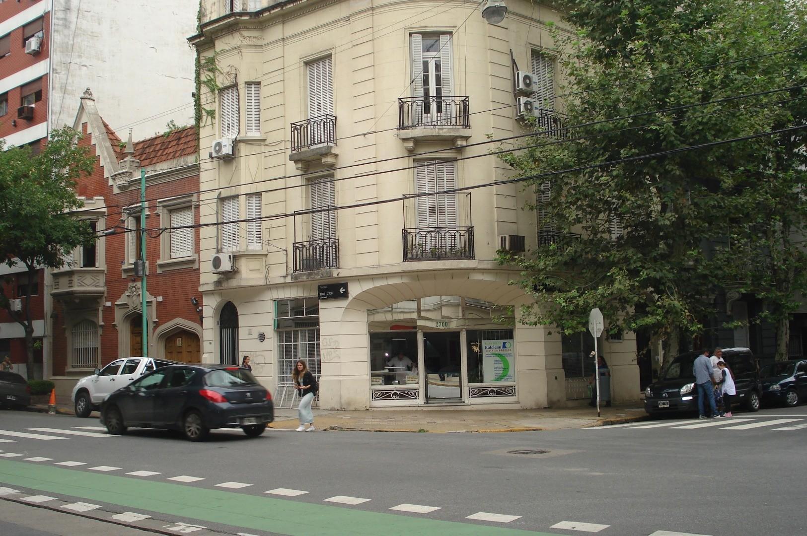 3 amb. c/dep. Sin expensas. 106 M2.  Ûnica esquina, 1º piso, entrada independ, estilo francés. Impec