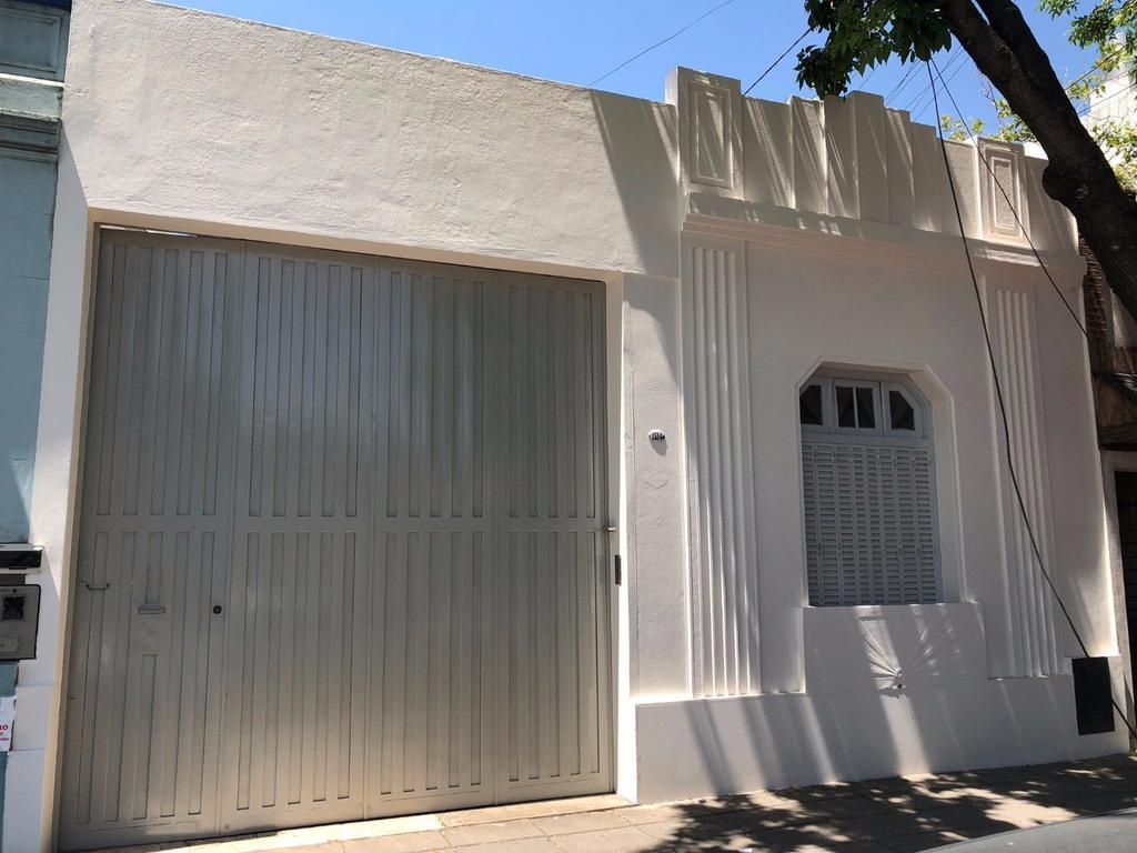Casa de 5 Ambientes. 228m2. 2 Patios, Garage, terraza. A cuadra de Av. Centenera. Excelente Estado.