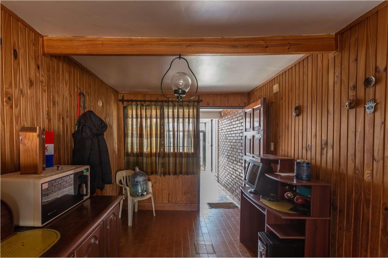 Manuel Gomez Carrillo 2829 -  Barrio Los Naranjos  - 7 ambientes con cochera