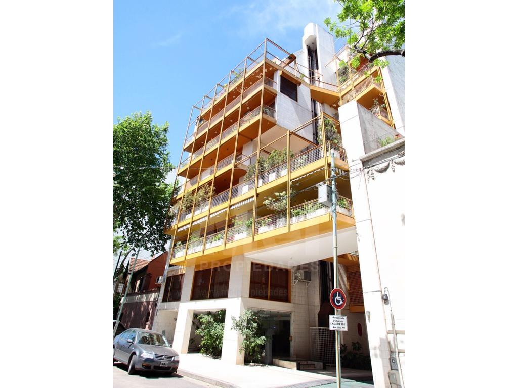 Excelente  piso  alto de 5 ambientes con 2 dependencias, premio de arquitectura con cochera