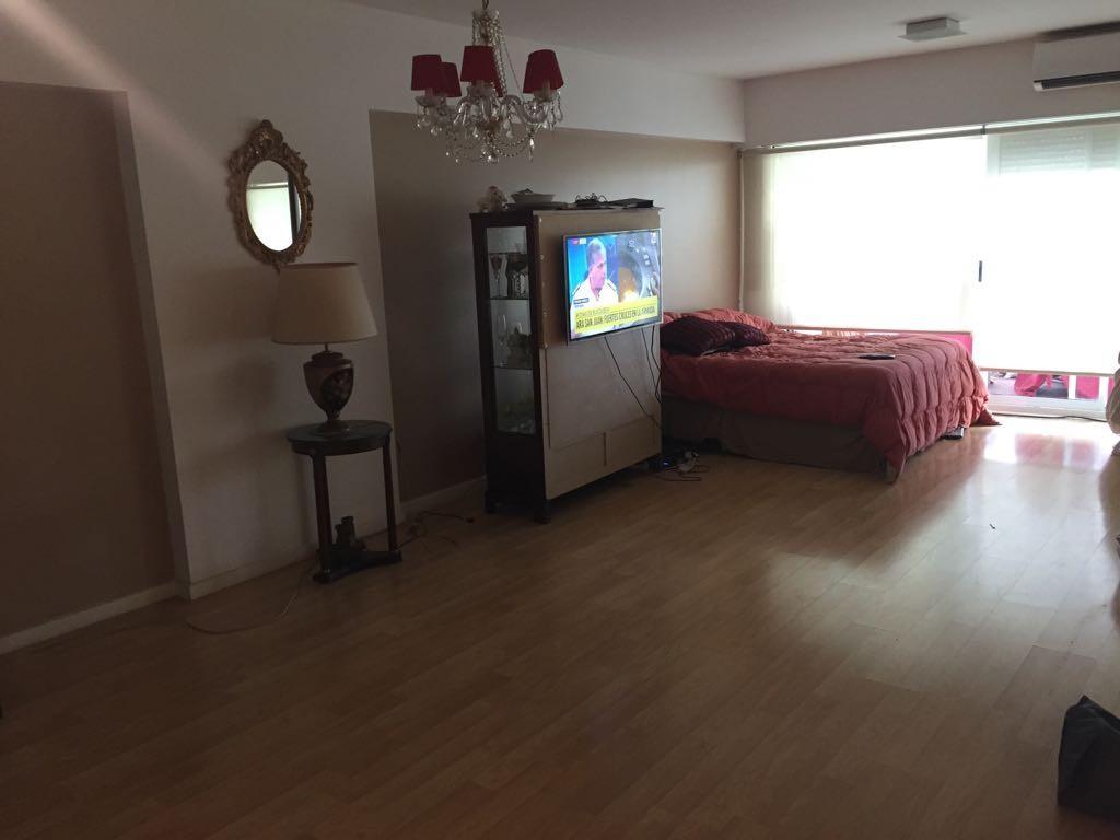 1 amb. Semi-piso frte bcón luminoso Amplio ambiente divisible 51m2. Cocina y baño coml