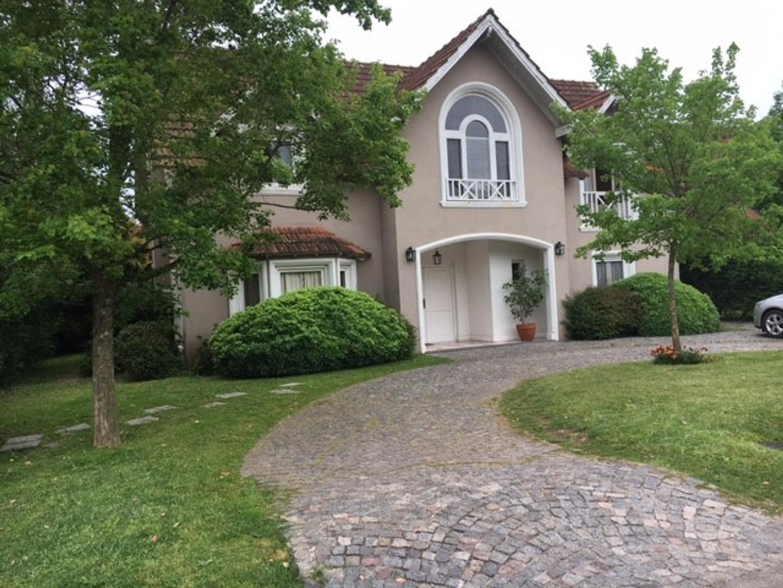 Casa de 3 dormitorios en lote central , desarrollada en 2 plantas.Alquiler $ 25.000