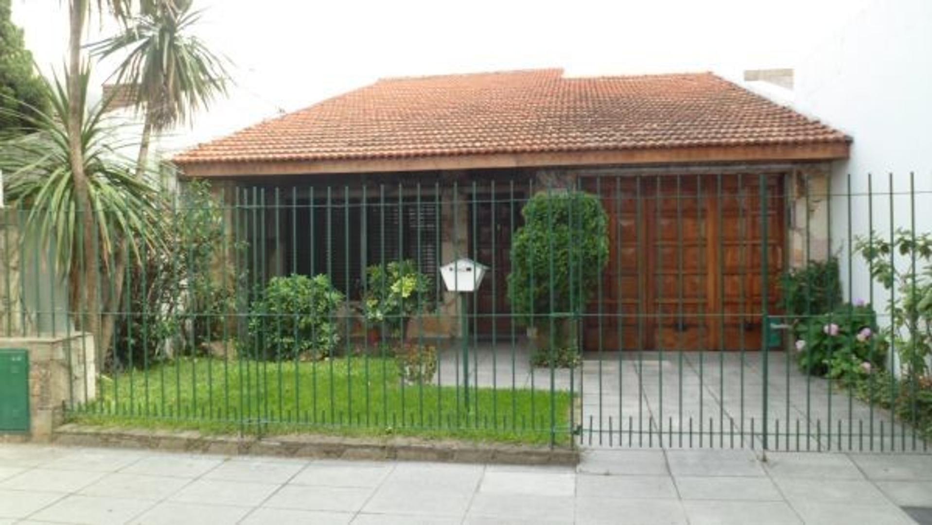 CASA CON GARAGE Y FONDO LIBRE