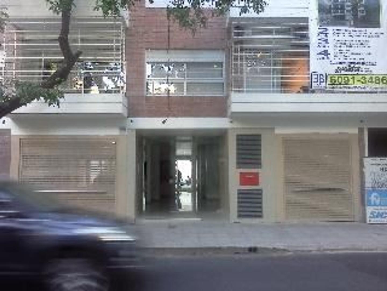 TRES AMPLIOS AMBIENTES CON BALCÓN AMBIENTADA COMO OFICINA