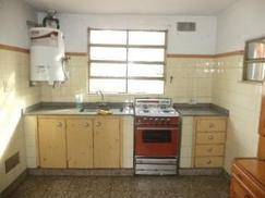 Departamento Tipo Casa Alquiler con garaje patio lavadero y fondo verde.