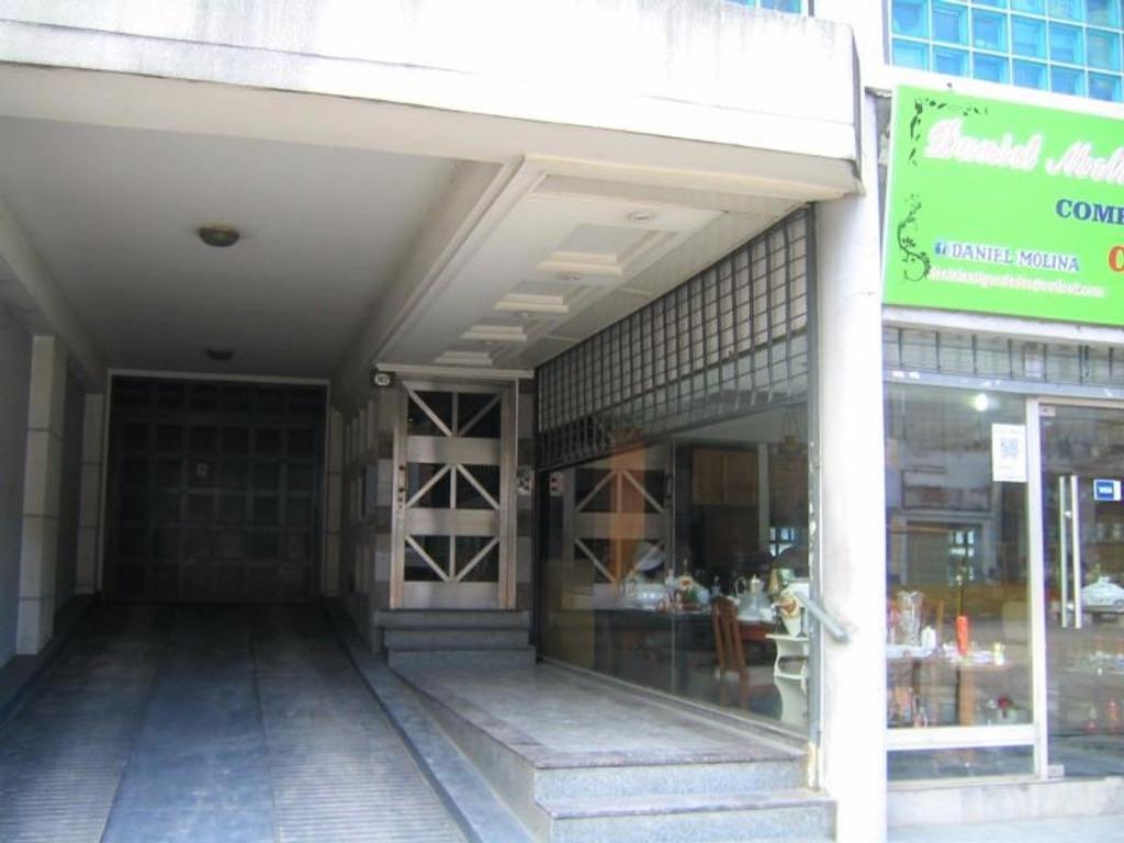 Amplio Semipiso 2 Ambientes al Frente con 2 Balcones y Cocina Comedor Separada. Apto Crédito.