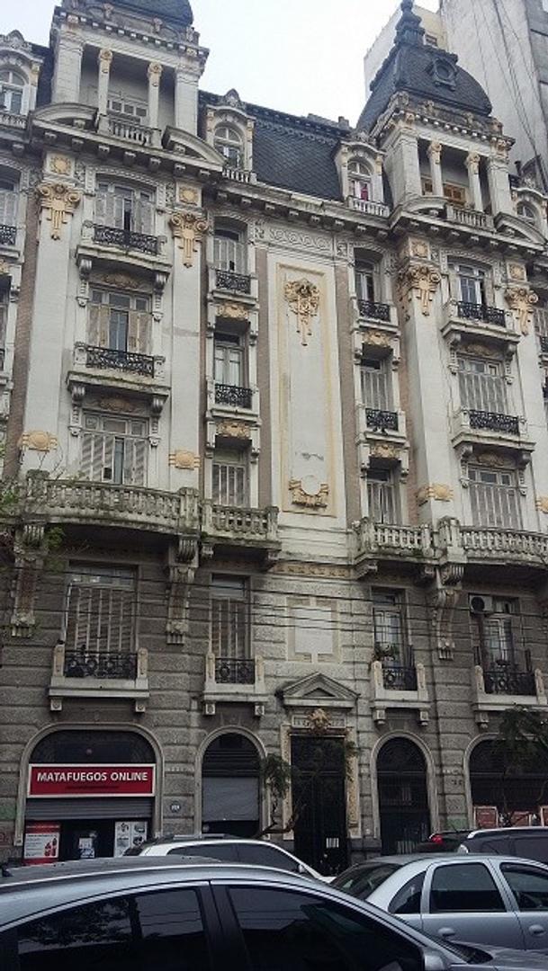 Depto muy grande en edificio de estilo sobre Av. San Juan al 2300
