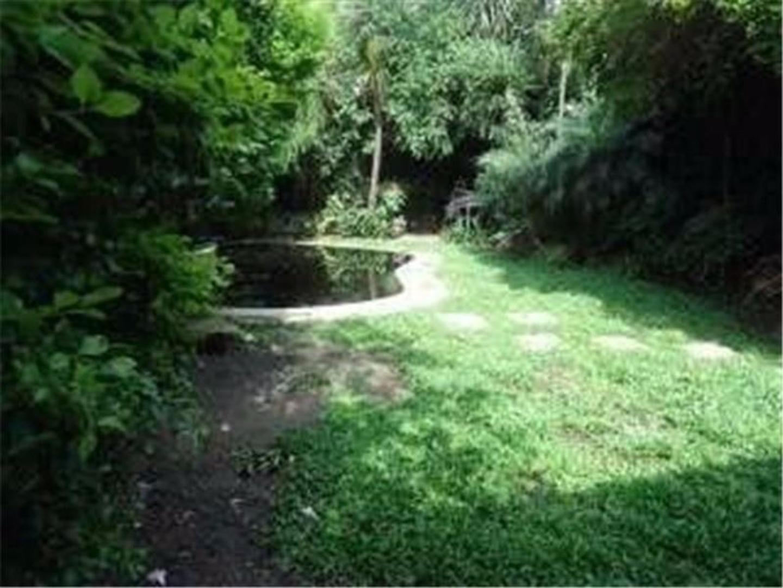 Chalet de 7 amb, en 2 pltas, jardin de 20m con pileta y quincho.Lote 8.66x34.50.Cerca centro comer.