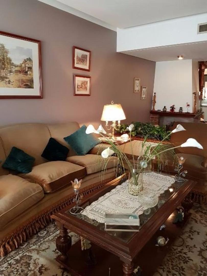 Casa Impecable sobre 8,66 x 43mts de 5 ambientes+ escritorio  con 3  baños gge 5 autos fondo libre