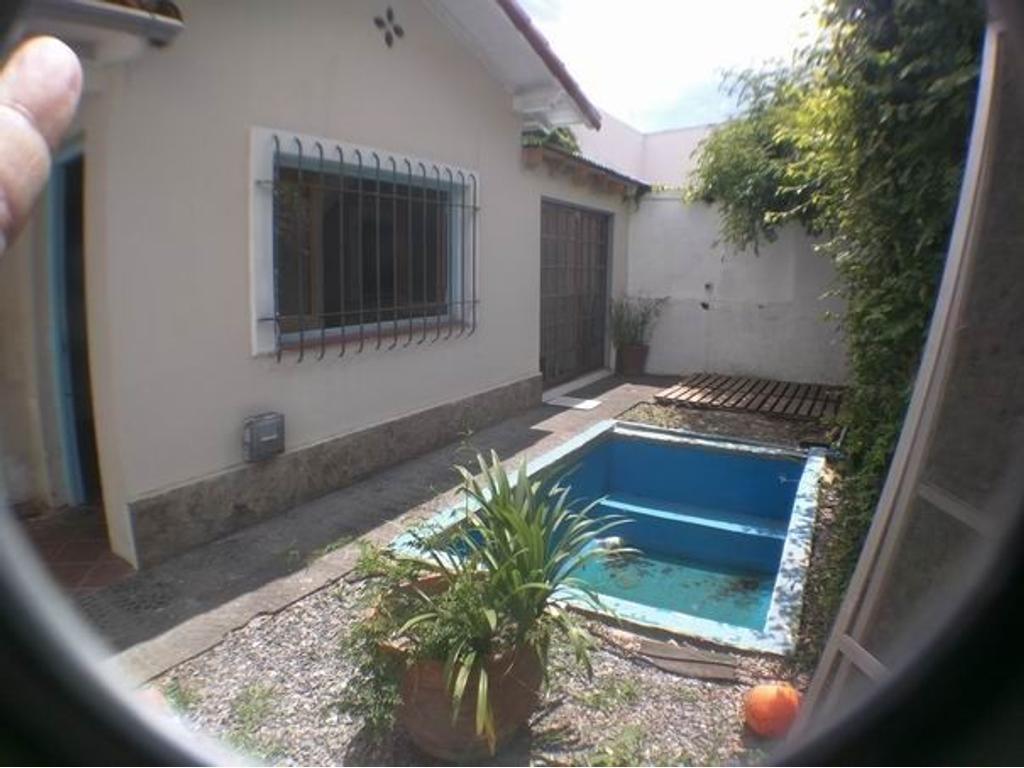 Muy lindo Ph al fondo. Todo PB. Jardin al frente. pequeña piscina. Muy soleado.Inmejorable ubicación