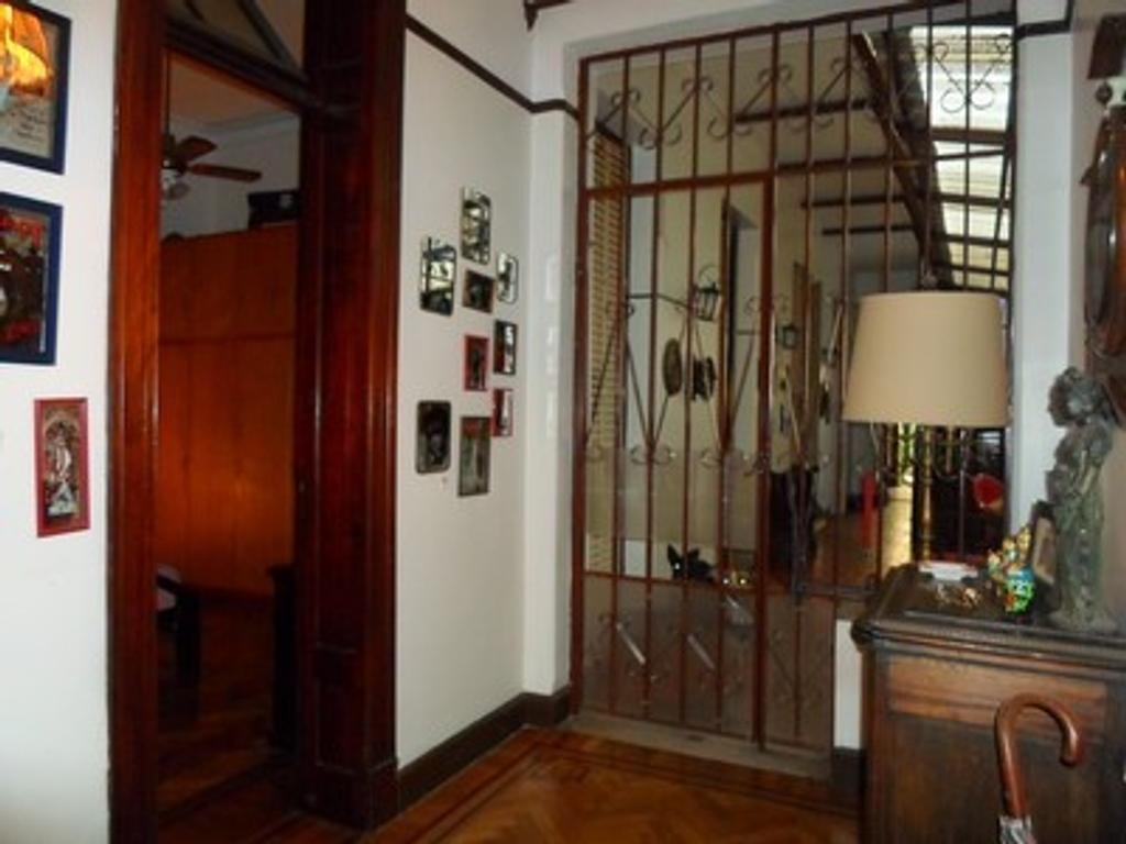 5 Ambientes Edificio Antiguo Estilo, Patio Cubierto, Balcón corrido al frente, 2 Baños, Terraza prop