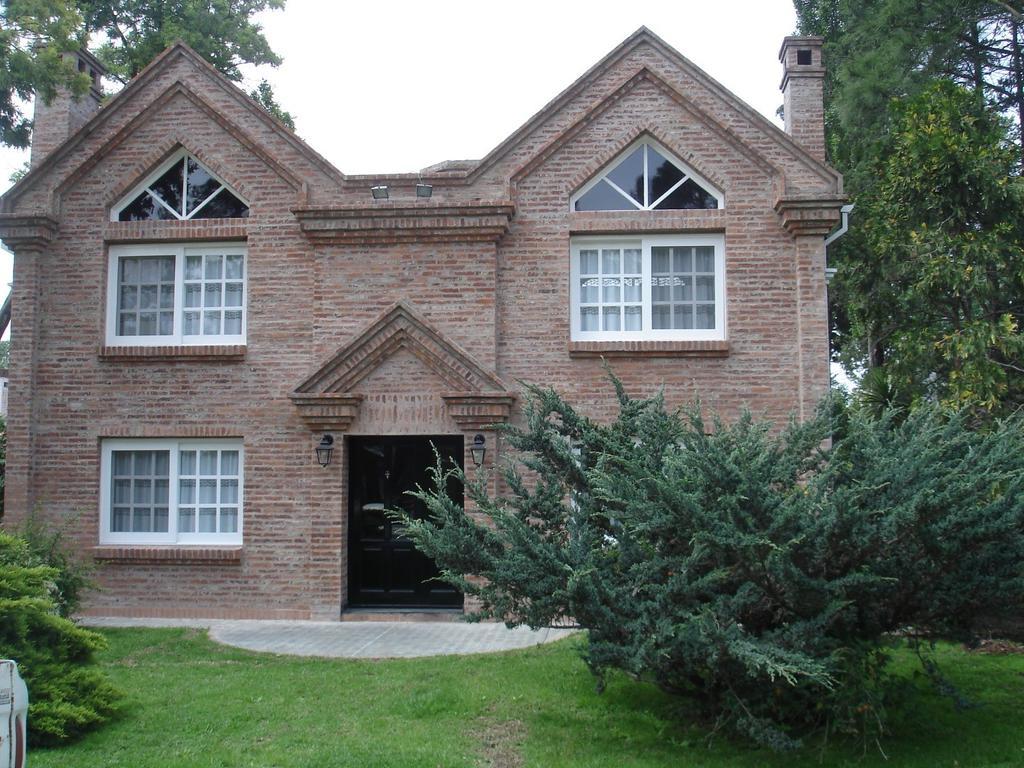 Impecable casa con vista al golf, excelente construcción con dependencias para huéspedes separada
