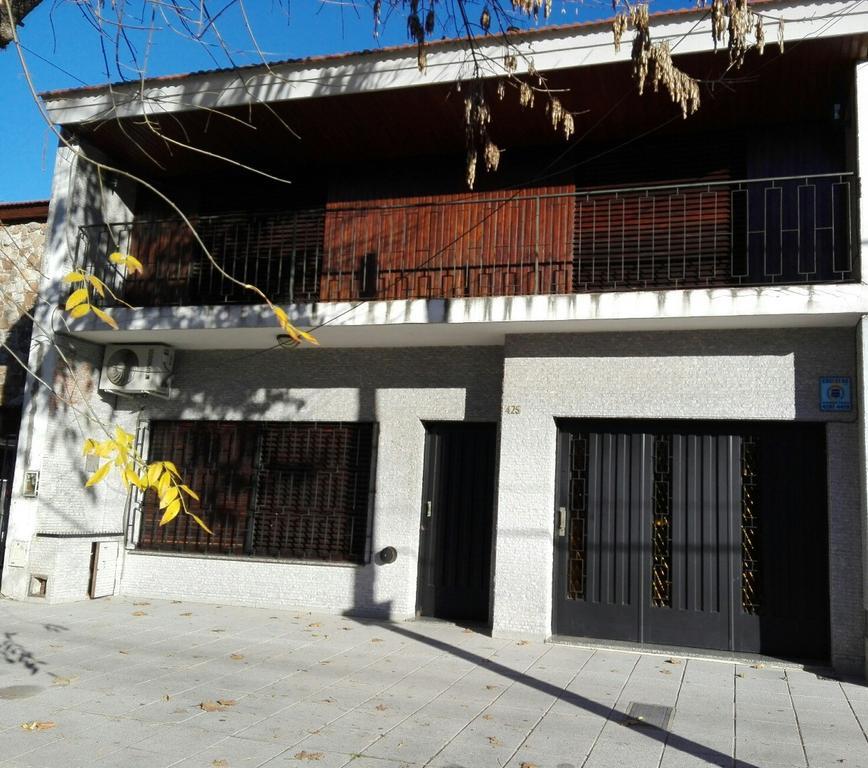 Excelente y sólida casa en venta con garaje para dos autos