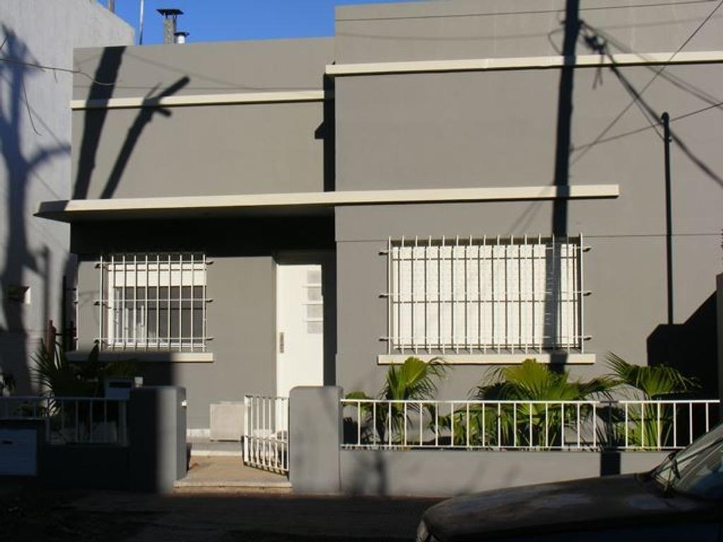 Ideal para dos familias, dos casas de 3 ambientes cada una, muy buena ubicacion