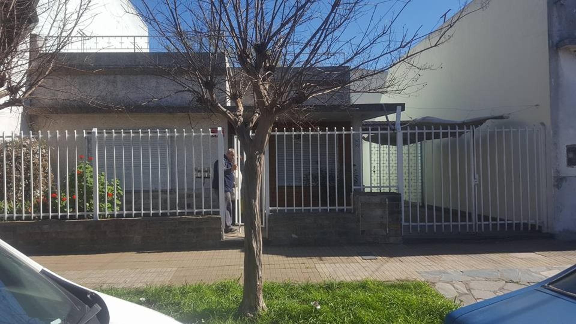 Casa De 3 Ambientes En Lote Propio, Con Jardin; Fondo Garage Y Terraza! Venta Inmd! Apta CrediTO
