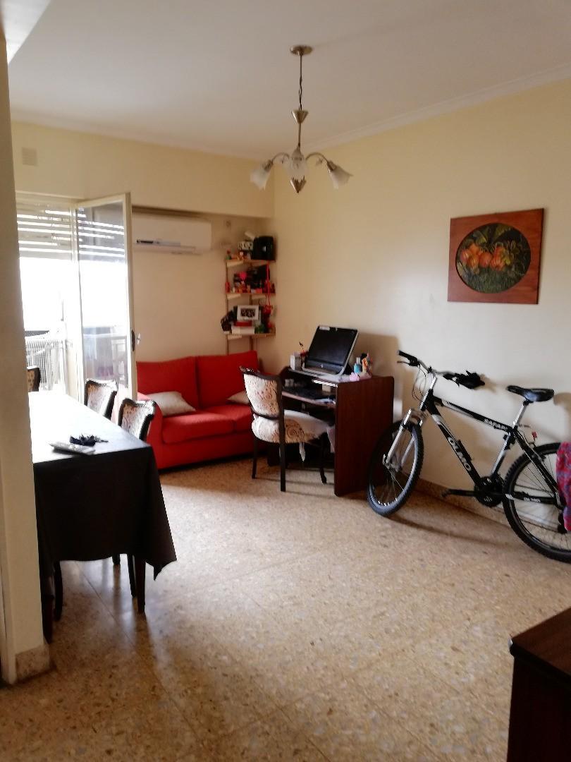 3 Ambientes Ctfte. 50 m2 a 1 Cuadra Est. Subte. 2º Por Escalera
