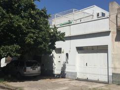 Casa al frente con Garage - Inmejorable ubicación - APTA CRÉDITO